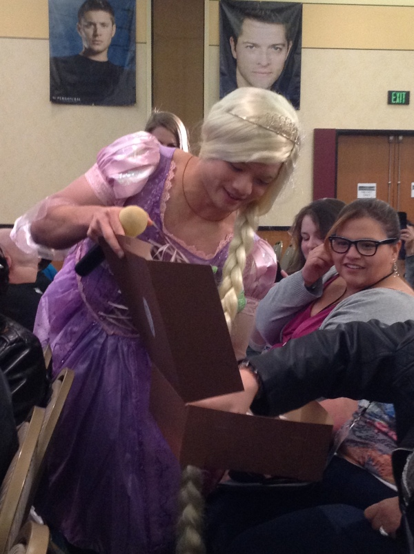 Osric gives fans birthday cupcakes